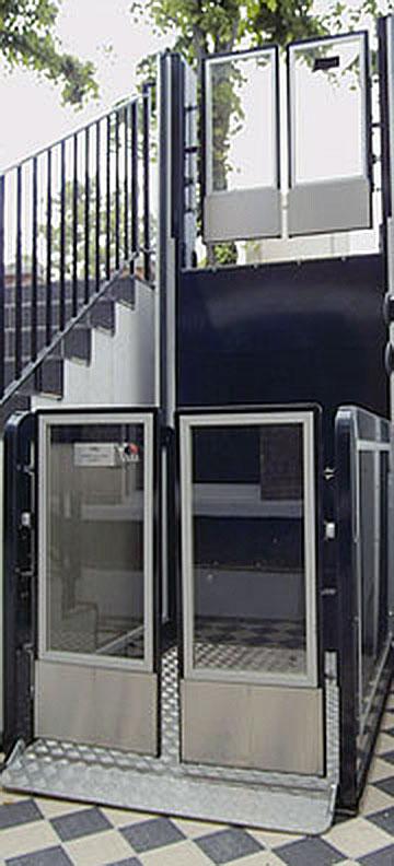 AB levert zowel open rolstoellliften voor binnen- en buitengebruik als rolstoelliften met schacht.