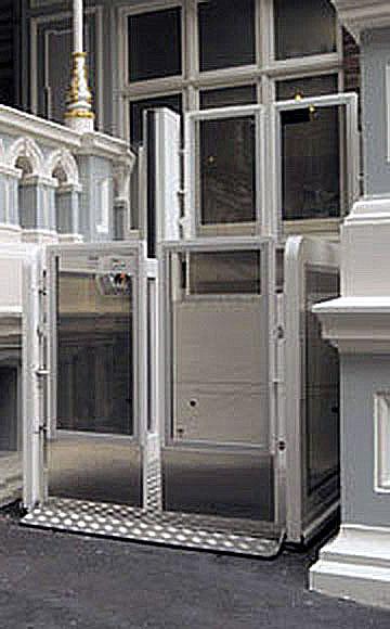 AB Rolstoelliften zijn voorzien van transparante hekwerken en draaideuren.